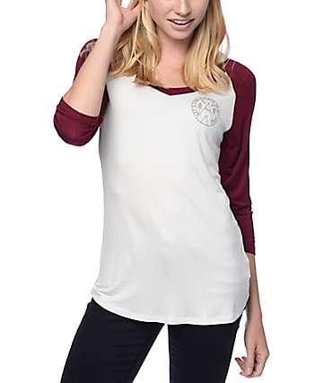 Dravus Primo Adventure camiseta en blanco y color borgoño con cuello en V