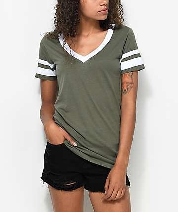 Zine Lizz camiseta con cuello en V en color verde olivo