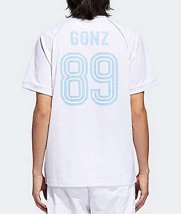 adidas x Krooked jersey blanca y azul claro con cuello en V