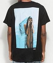 Akomplice x Synchrodogs Guise camiseta negra