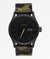 Nixon Sentry reloj analógico de cuero camuflado, negro y amarillo